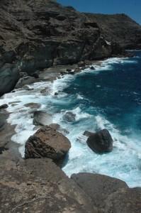 An zwanzig meter hohen Klippen brechen sich die Wellen des Atlantiks