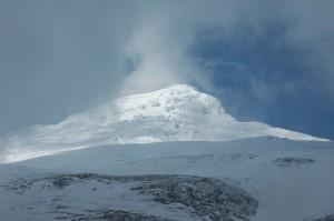 Der Schneebedeckte Gipfel des Cayambe im Licht der Äquatorsonne